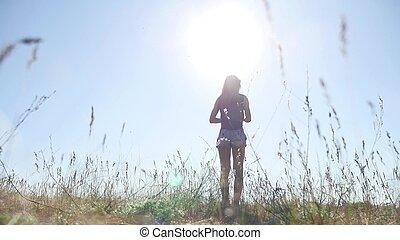travel., flicka, in, sommar, in, den, fält, resar, på, natur, grass., kvinna, solljus