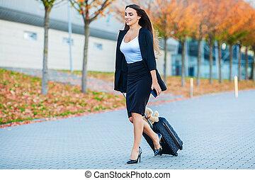travel., mulher negócio, em, aeroporto, falando, ligado, a, smartphone, ao andar, com, bagagem de mão, em, aeroporto, ir, para, gate., menina, usando, telefone móvel, para, conversação