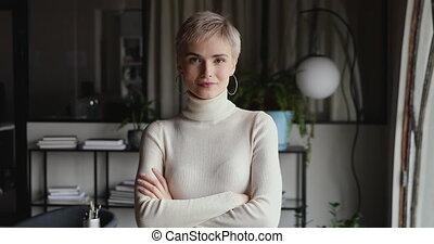 traversé, femme affaires tient, confiant, professionnel, bras, bureau