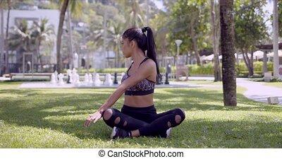 traversé, femme, asiatique, parc, jambes, décontracté,...