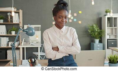 traversé, portrait, afro-américain, bras, sourire, ouvrier, bureau, lieu travail, girl