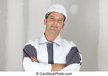 traversé, uniforme, bras, heureux, ouvrier, sourire