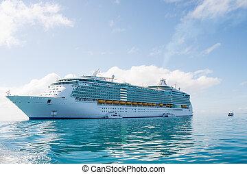 travesía de lujo, barco, en, verde, mar