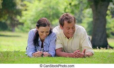 trawa, leżący, razem, rodzina, szczęśliwy