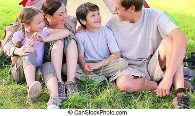 trawa, posiedzenie, rodzina, szczęśliwy