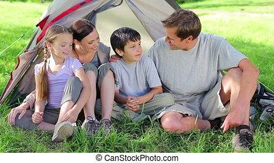 trawa, uśmiechanie się, razem, rodzina, posiedzenie
