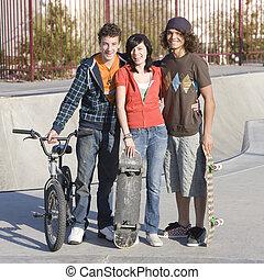 tre, adolescenti, a, skatepark