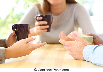 tre amici, parlare, e, tenere caffè, campanelle