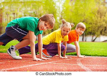 tre, børn, close-up, ind, uniformer, klar, til løb