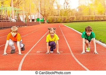 tre, børn, stand, hos, bended, knæ, klar, til løb
