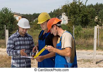 tre, byggare, diskutera, skrivbordsarbete, på, a, plats