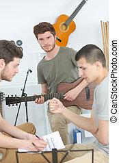 tre, casa, strumenti eseguono, amici