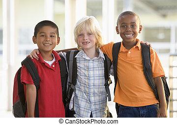 tre, deltagare, utanför, skola, stående, tillsammans, le,...