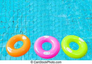 tre, färgrik, badbassäng, ringer, på, den, vatten