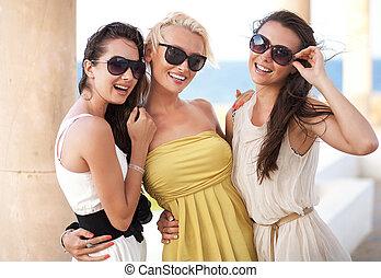 tre, förtjusande, kvinnor, bärande solglasögoner