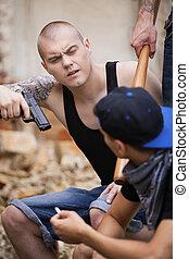 tre, farlig, gangsters, sittande, och, prata., brottsling, holdingen, gevär, och, tittande vid, grabb
