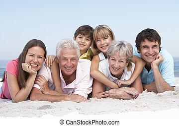 tre generation släkt, avkopplande, på, badstrandferie
