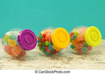 tre, glas, behållare, fyllda, av, jellybeans, med, blåttbakgrund