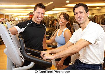 tre kamrater, på, övning cykel, in, a, gymnastiksal