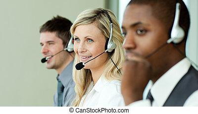 tre, persone affari, lavorativo, con, cuffie