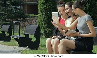 tre ragazze, discutere, affari, concluded, contratto, e, rallegrare