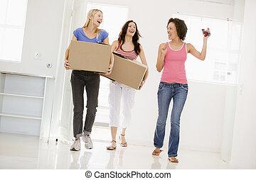 tre, spostamento, casa nuova, amici ragazza, sorridente
