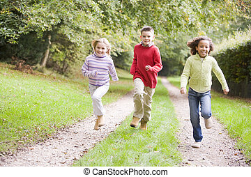tre, unge, kammerater, løb, på, en, sti, udendørs, smil