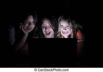 tre, unge piger, siddende, mørke, al, kigge computer skærm...
