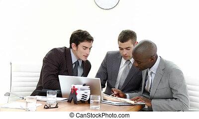 tre, uomini affari, in, uno, riunione, parlare, circa,...