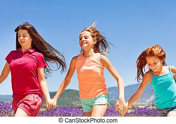 tre, utomhus, tillsammans, flickor springa, lycklig
