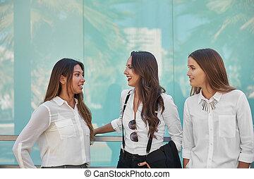 tre, vacker, affärskvinnor, talande, utanför