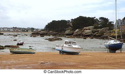 Yachts and boats during ocean low tide - TREGASTEL, FRANCE -...