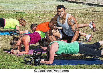 treinador, ajudando, estudantes, condicão física