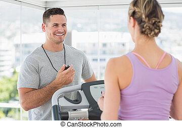 treinador, ajudando, mulher, treadmill