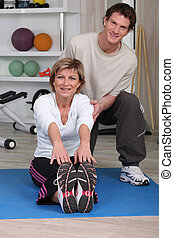 treinador, exercícios, mulher sênior, chão