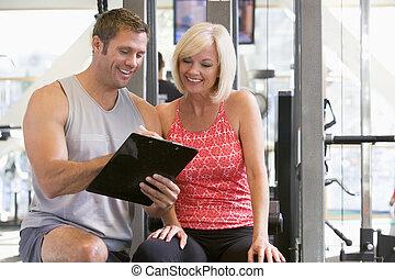 treinador, falando, ginásio, mulher, pessoal