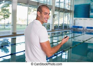treinador natação, com, cronômetro, por, piscina, ao ar livre, centro