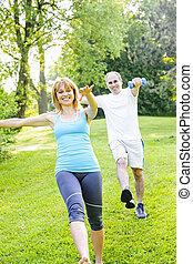 treinador pessoal, com, cliente, exercitar, parque