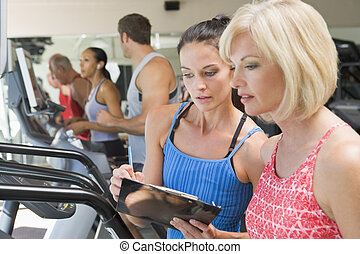 treinador, pessoal, mulher, instruindo, treadmill