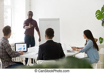 treinador, pessoas negócio, dar, falando, africano, sorrindo, amigável