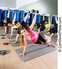 treinamento, grupo, ginásio, funcional, cima, empurrão, dumbbell