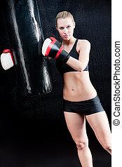 treinamento, mulher, boxe, saco, perfurando, retrato, ter