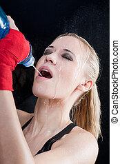 treinamento, mulher, dela, boxe, despeje, água, boca