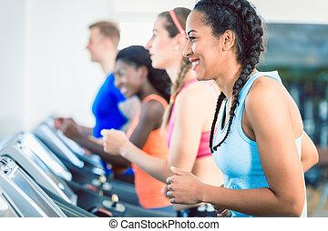 treinamento, mulher, grupo, dela, ajustar, treadmill, feliz, vista lateral