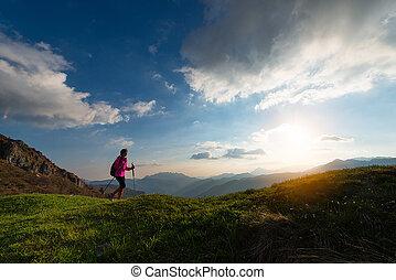 trekking, a, tramonto, montagne, solo