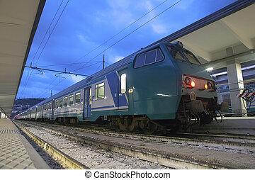 trem, em, a, estação de comboios