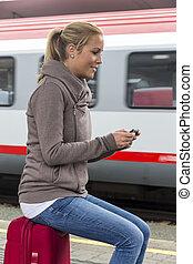 trem, esperando, mulher, texting