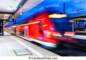 trem velocidade alto, em, estação de comboios, plataforma, à noite