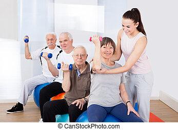 trener, pomagając, healthclub, senior, ludzie
