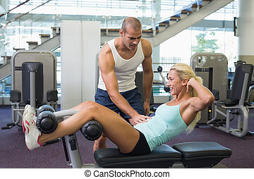trener, pomagając, kobieta, brzuszny, sala gimnastyczna, chrupnięcia, samiec